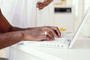 Paar schwanger Laptop