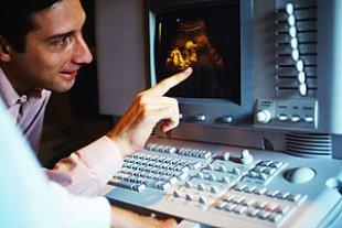 Arzt erklaert Ultraschall