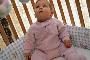 Baby im Laufstall