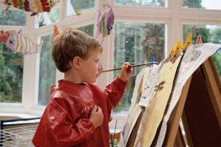 Junge malt Staffelei
