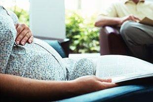 Schwangere mit Zeitschrift