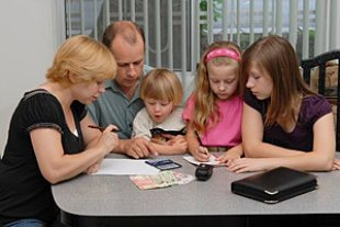 Familie rechnet Geld