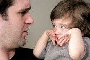 Vater Sorgen krankes Kleinkind