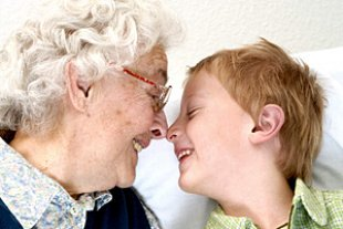Oma Enkelsohn Nase an Nase iStock AndreasReh