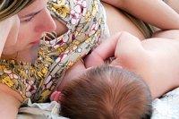Mutter Baby liegend stillendiStock tupikov