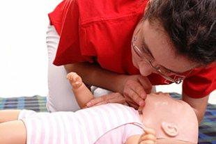 Frau Babypuppe Erste Hilfe iStock pryzmat