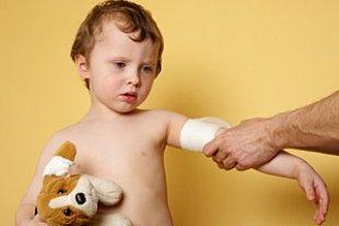 Junge traurig Verband Teddy iStock MKucova