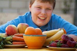Junge Uebergewicht Obst iStock Thomas EyeDesign