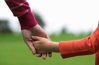 Mutter Kind Hand halten iStock isitsharp