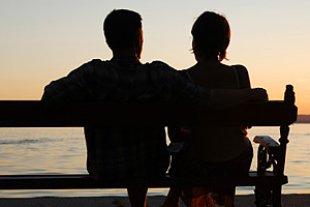 Paar auf Bank Sonnenuntergang iStock dszabi