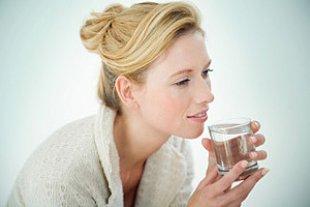 Frau Wasserglas iStock iconogenic