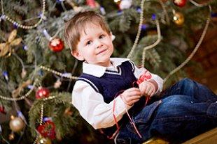 Junge vor Weihnachtsbaum