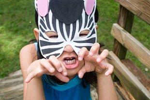 Maedchen mit Zebramaske