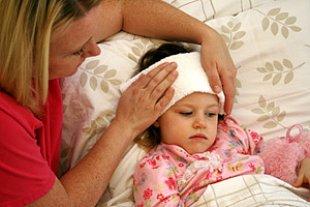 Mutter pflegt krankes Kind