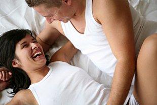 Paar im Bett lachend