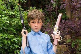 Junge Spielzeugwaffen