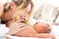 Mutter Neugeboren kuscheln
