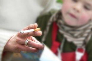 Kind Mutter raucht