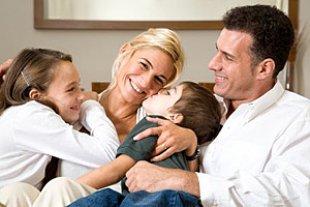 Familie innig gluecklich