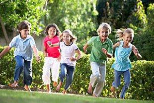 Kinder laufen Garten