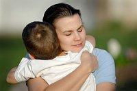 aengstliche Mutter umarmt Kind iStock akajeff