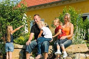 Familie gluecklich Haus Garten