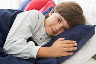 Junge Bett nachdenklich