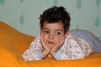 Junge Bett nachdenklich 2