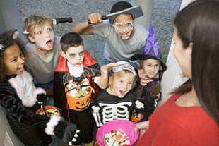 Kinder Halloween panther MonkeybusinessImages