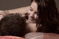 Paar Bett laechelnd panther Anja Greiner Adam