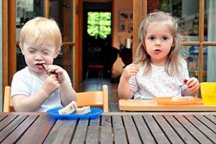 Maedchen Junge Terrasse Abendbrot