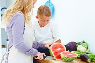 Mutter Tochter kochen gesund
