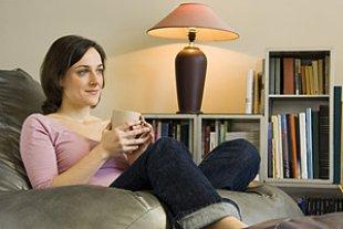 Frau entspannt Sofa Tee
