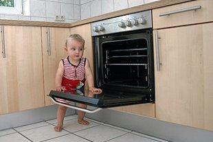 Kleinkind offener Ofen