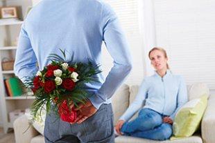 Mann ueberrascht Frau Blumenstrauss