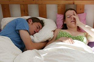 Paar Bett genervt