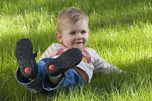 Kleinkind Wiese neue Schuhe