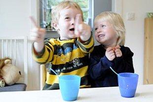 Kinder zappelig Tisch Becher