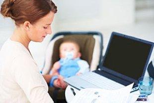 Mutter arbeitet Computer Baby