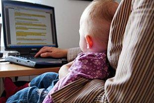 Heimarbeit Laptop Baby auf Schoss