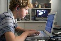 Junge gebannt am Computer