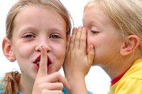 Zwei Mädchen flüstern