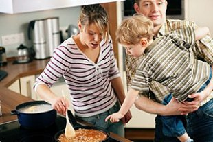 Familie kocht Spaghetti
