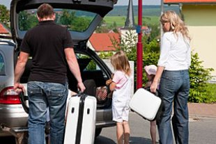 Familie packt Auto Urlaub
