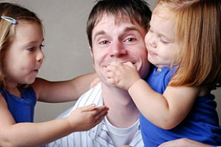 Vater Zwei Töchter Spielen