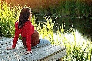 Schwangere entspannt am Steg