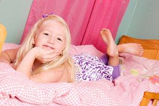 Mädchen Pink auf Bett