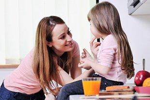 Mutter Tochter-Küche Gespräch