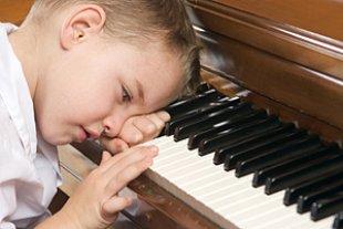 Junge Klavier üben lustlos