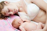 Mutter Baby stillen Bett